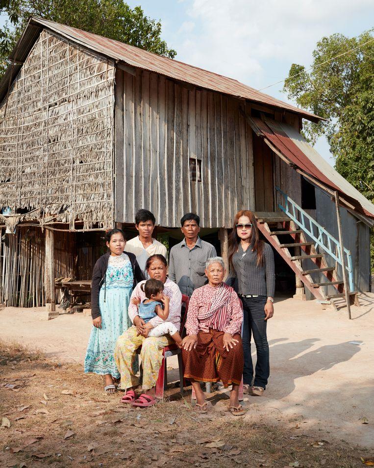 Uit de expositie I will Speak, I will Speak!: Tep Vana (staand rechts) met haar familie in haar geboortedorp in Cambodja. Tep is een transgender. Ze werd als jongen geboren, verdween op 15-jarige leeftijd naar de hoofdstad Phnom Penh en keerde jaren later terug als vrouw. Op de foto, van links af: haar zus, zwager en stiefvader. Zittend: haar moeder (met kleinkind) en grootmoeder. Tep is besmet met hiv.  Haar moeder verzorgt Tep als ze ziek is. 'Ik houd van hem', zegt ze. 'Hij is welkom in het dorp. De vrouwen kunnen het goed met hem vinden.'  Beeld Erik Smits