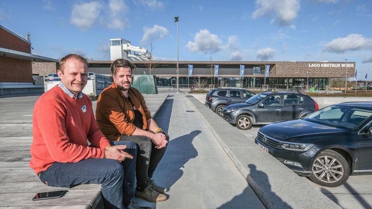 Elewin Werbrouck en Tom Hillewaere waren als eerste van Lago ter plaatse, een jaar geleden. Op de achtergrond zie je het zwembad Lago Weide, met de vijf nieuwe glijbanen, sinds de herfstvakantie van vorig jaar open.