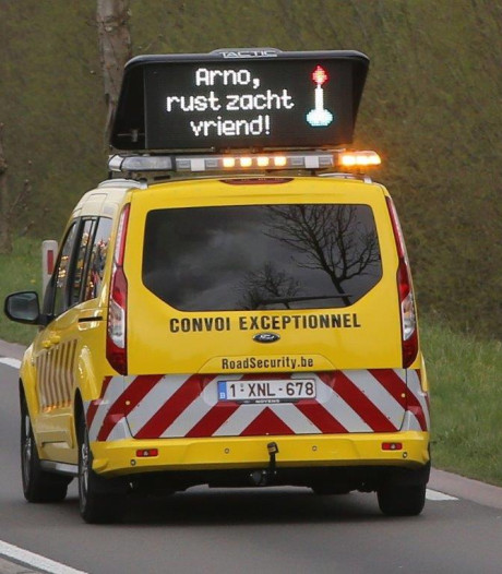 Indrukwekkende erehaag van bergingsvoertuigen voor Arno de Heus