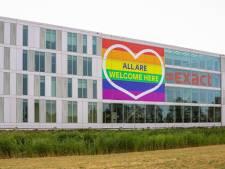 Dit bedrijf viert Pride Week met een metershoge regenboogvlag op het hoofdkantoor