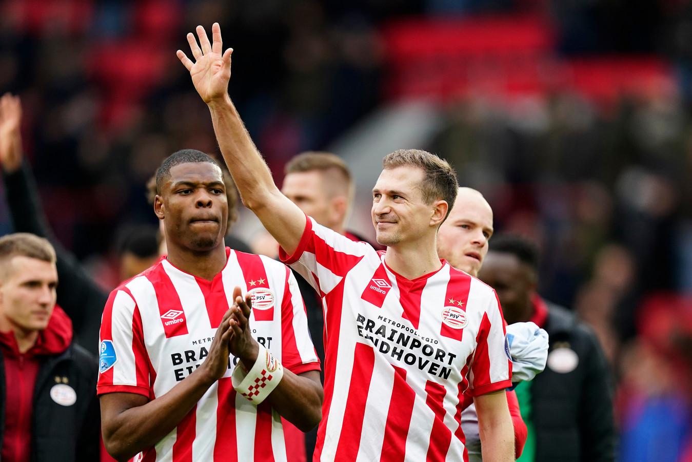 Daniel Schwaab begroet bekenden op de tribune na de topper PSV - Feyenoord (1-1).