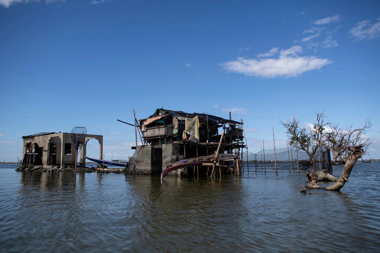 Een groot deel van het dorp Sitio Pariahan, op de Filipijnen, zakt jaarlijks 4 tot 5 centimeter dieper het water in.