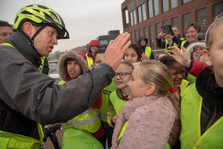 Frank Deboosere promoot fluohesjes op promodag van Xiugraag en wordt verwelkomd in Wetteren.