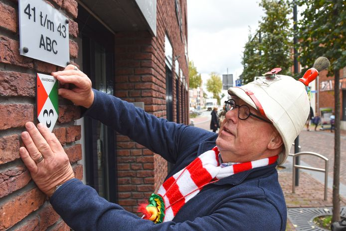 Archieffoto 2019. Ad Jespers checkt de locatie waar het eerste Kaaiendonkse muurschildje zou moeten komen.
