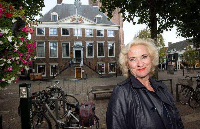 Wethouder Kosterman voor het oude stadhuis