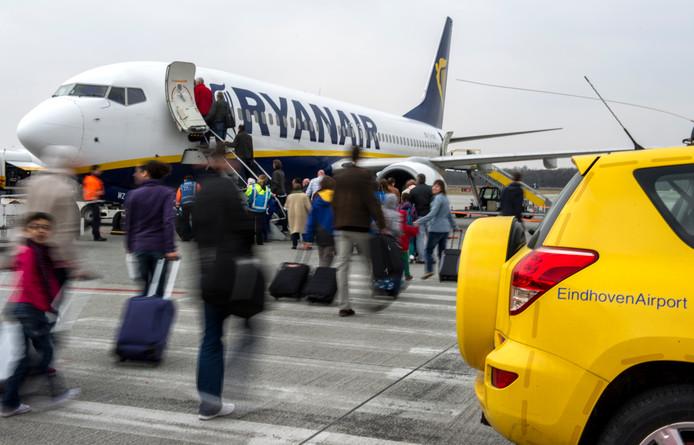 Passagiers stappen aan boord van een vliegtuig van Ryanair op Eindhoven Airport.