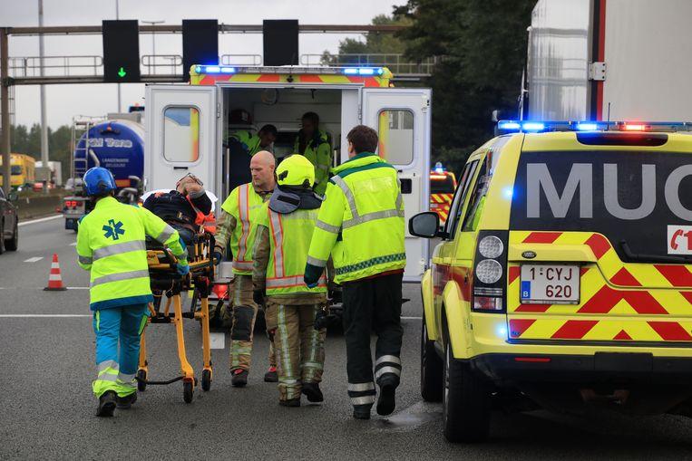 Twee truckers werden gewond afgevoerd naar het ziekenhuis.