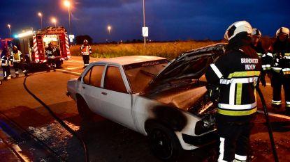 Onberispelijke oldtimer vat vuur tijdens het rijden