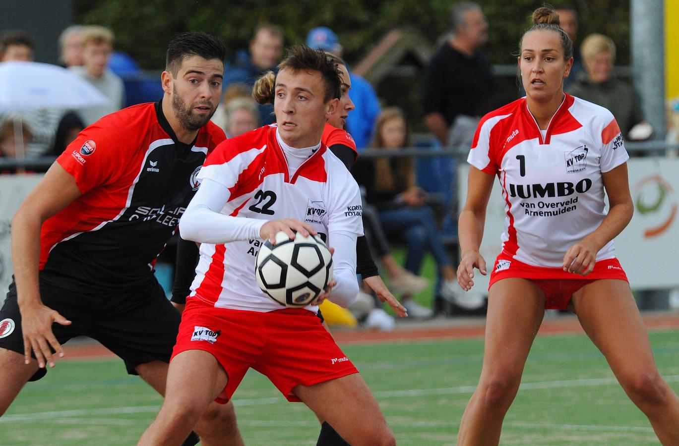 TOP Arnemuiden (rood-wit) ging zaterdag opnieuw onderuit.