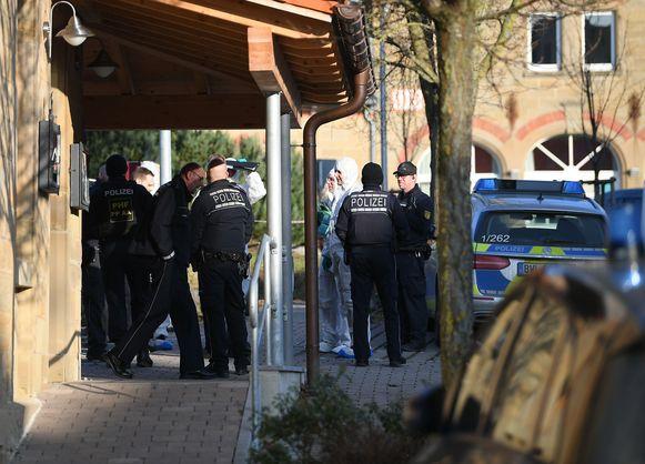 De politie en een forensisch team bij het gebouw waar de schietpartij plaatsvond.