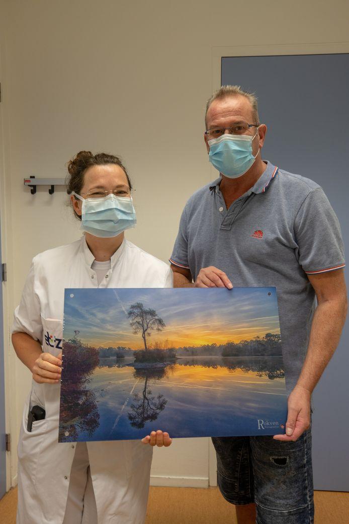 Rob Rokven overhandigt zijn foto van het Voorste Goorven aan dokter Wasowicz-Kemps