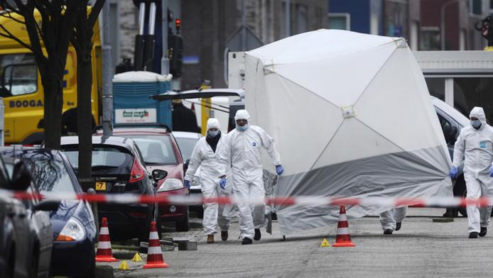 Forensische experts in Zaandam waar Alex Gillis werd doodgeschoten in 2014.