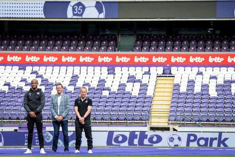 Vincent Kompany, Frank Arnesen en Par Zetterberg poseren voor een boarding met de naam van het nieuwe stadion.