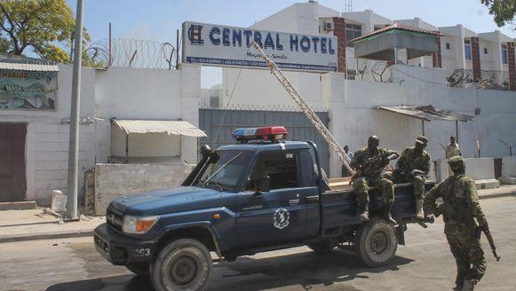 Somalische beveiligers bij het hotel waar gisteren een aanslag gepleegd werd.