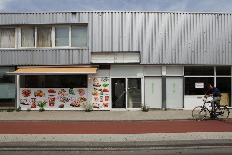 Bulgaarse supermarkt op de Klaprozenweg Beeld Jan Dirk van der Burg