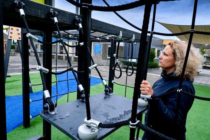 Directeur Linda Kind van De Wegwijzer in Piershil inspecteert de toestellen op het plein. ,,Hier kan ik met mijn verstand niet bij!''