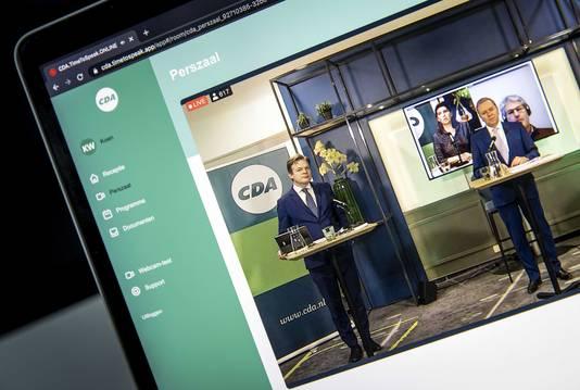 Pieter Omtzigt en Rutger Ploum tijdens het CDA-verkiezingscongres, gezien op een scherm. Vanwege corona vindt het congres geheel online plaats.