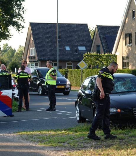 Hij bleef wachten, zij stak wél over: fietsster aangereden door auto in Lunteren