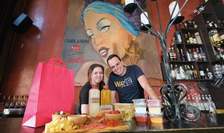 Tom Vanheuverbeke en Charlotte Velghe, de nieuwe uitbaters van de Cubaanse bar La Bodeguita del Medio, leveren cocktail-pakketten en tapas aan huis. Je kan er ook aperitiefbordjes en dinner en small plates bestellen.