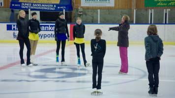 Monique, Beau en Nora gaan voor het eerst schaatsen