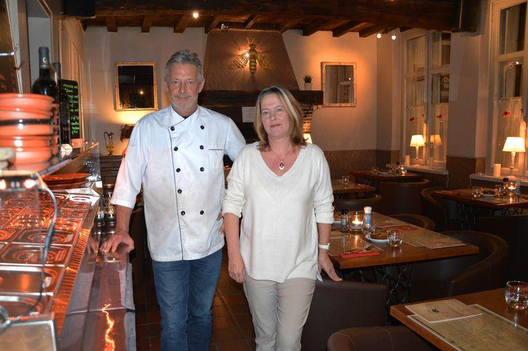 Michael Hutsebaut en Anneken Raemdonck, de uitbaters van restaurant Den Nieuwen Hommel, bij hun tapas.