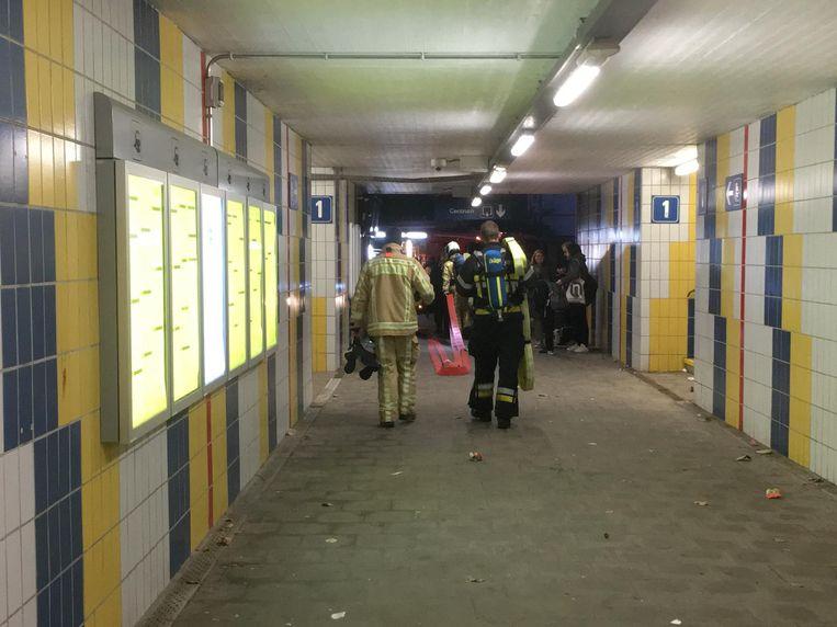 De brandweer in actie in het station van Mechelen-Nekkerspoel.