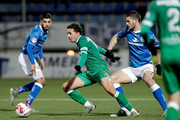 Pedro Marques, hier nog in het shirt van FC Dordrecht in duel met de inmiddels bij FC Den Bosch vertrokken Stefan Velkov, kan vrijdag zijn debuut maken voor de ploeg van trainer Erik van der Ven.