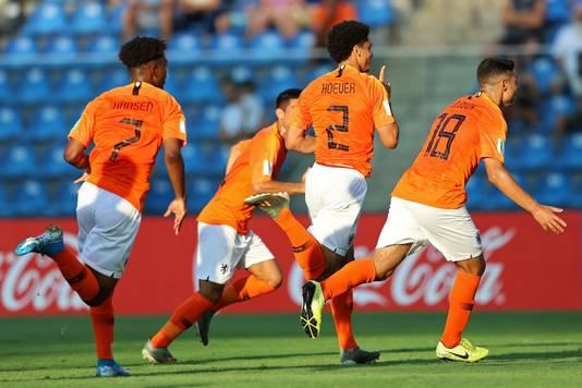 Ki-Jana Hoever na de openingsgoal tegen Paraguay. Links Sontje Hansen, die Oranje op 2-0 zou zetten.
