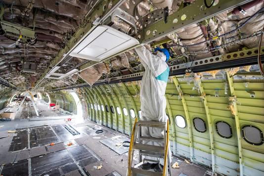 Airbus A340 die op Twente Airport werd ontmanteld door bedrijf AELS.