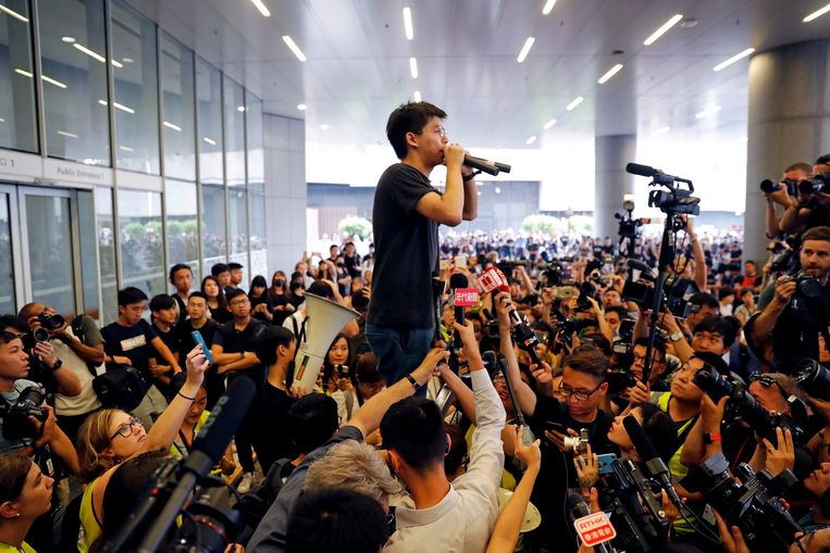 In juni werd Joshua Wong vrijgelaten na een gevangenisstraf en sprak hij de menigte buiten toe. Beeld REUTERS
