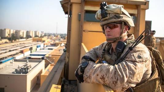 Een Amerikaanse marinier op wacht bij de Amerikaanse ambassade in Bagdad.