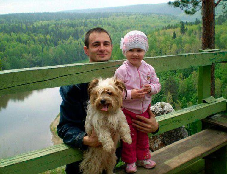 Alexander Urusov met de hond en een van de kinderen.