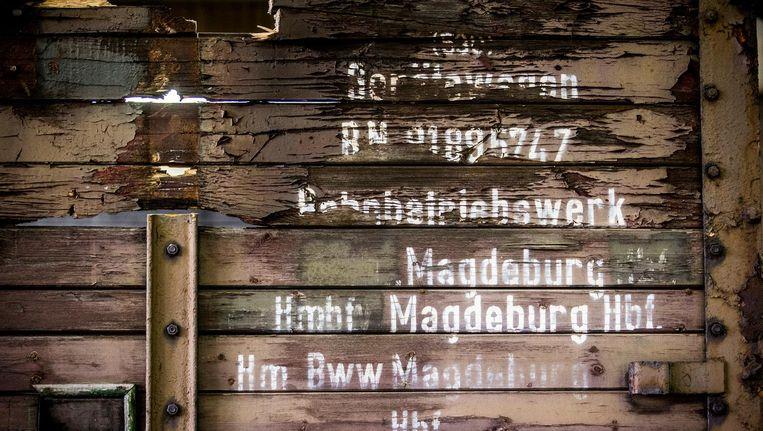 Drie oude goederenwagons komen aan in het Herinneringscentrum Kamp Westerbork. De wagons zijn tijdens de Tweede Wereldoorlog zeer waarschijnlijk gebruikt voor deportatie van Joden, Sinti en Roma. Beeld anp
