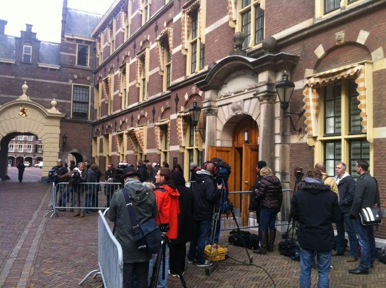 Publiek en pers op het Binnenhof Beeld Jeroen Visser
