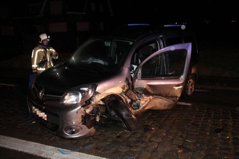 De Renault Kangoo werd frontaal aangereden.