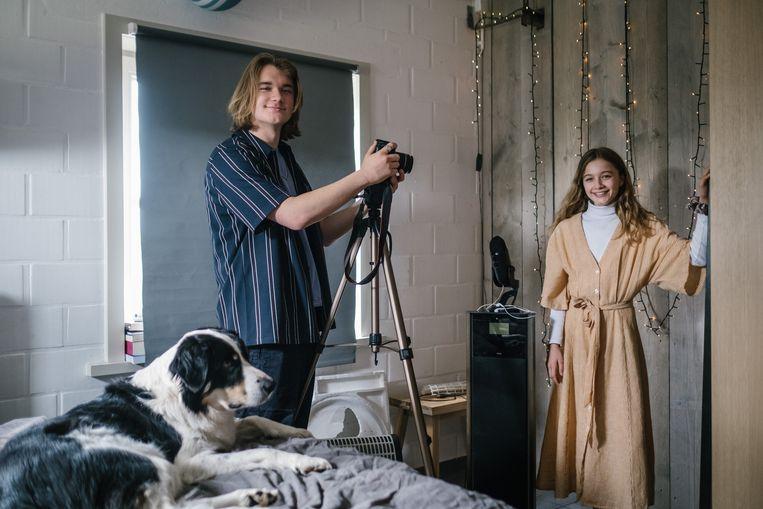 Een klein hoekje in een kamer in Damme, een camera en een goeie microfoon. Meer hebben Noah (16) en Nanou (11) niet nodig om hun ASMR-video's op te nemen.