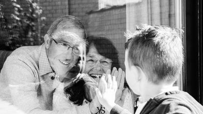 """Kleuterjuf maakt gratis raamfoto's van kinderen, ouders en grootouders in Knokke-Heist: """"Mooie herinnering in coronatijden"""""""