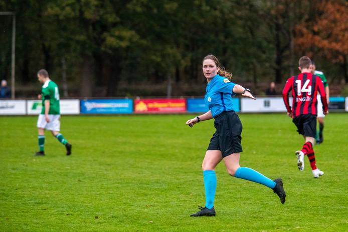 """Scheidsrechter Sterre Bijlsma (19) in actie bij de wedstrijd tussen Vessem en Dommelen. ,,Bij mannen gaat het heel erg om tempo, druk zetten en kracht, terwijl vrouwen technischer spelen."""""""