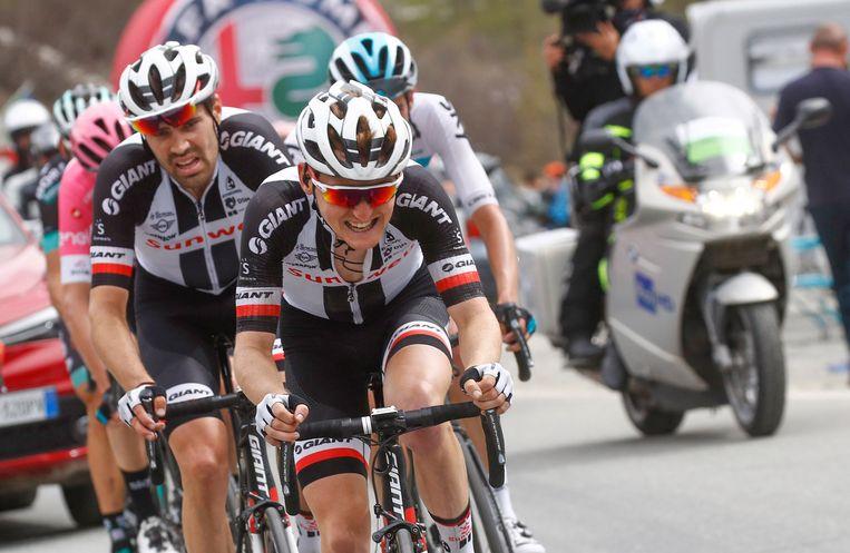 Sam Oomen houdt Tom Dumoulin, hier beiden nog rijdend voor Sunweb, uit de wind in de Giro d'Italia van 2018. Beeld Cor Vos