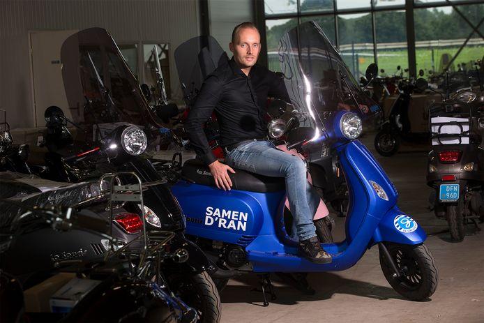 Armando Muis op één van zijn scooters.
