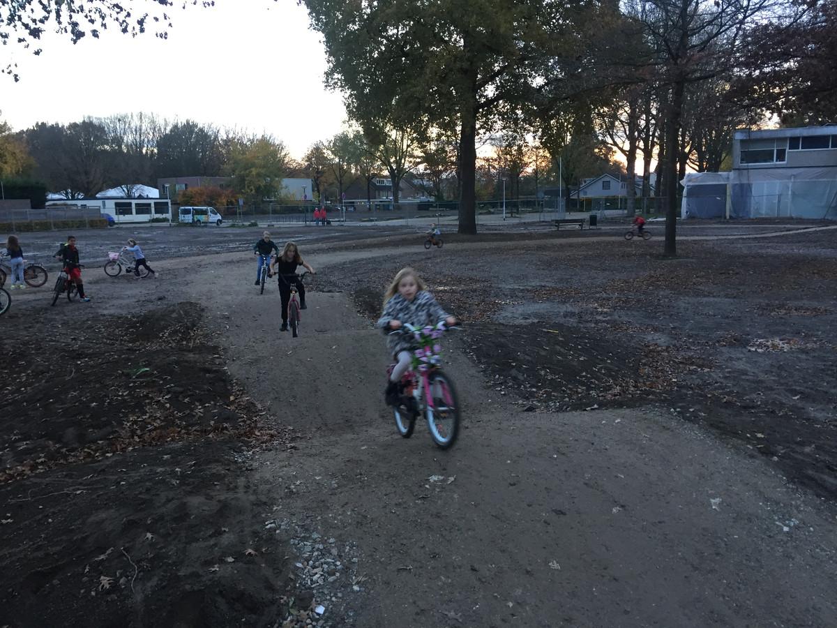 De jeugd van Berkel-Enschot maakt al flink gebruik van de crossbaan op het terrein van het voormalige winkelcentrum Eikenbosch