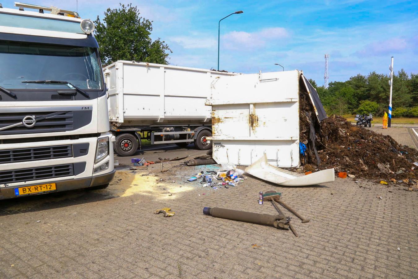 De bende op straat na het kantelen van de vrachtwagen.