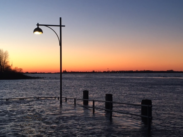 En dan lijkt Zaltbommel zelfs even aan zee te liggen bij deze zonsondergang om 17.10 uur zondag.