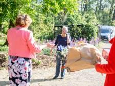 Toch nog hoog bezoek: burgemeester met taart en bloemen naar Geja uit Haarle tijdens lintjesregen