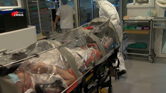 De patiënten worden binnengebracht in een plastic zak waar geen lucht uit kan, en dus ook het virus niet.