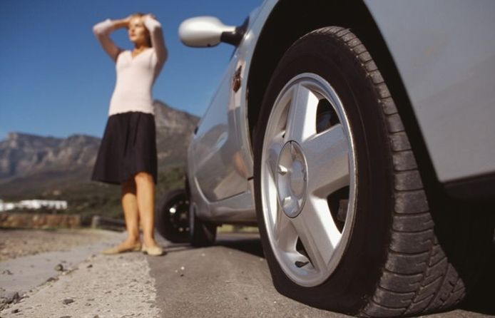 Let bij een lekke band op parkeerplaatsen langs de Franse Autoroute extra goed op.