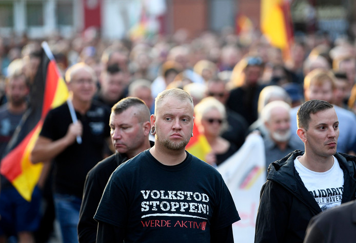 Rechtse demonstranten lopen in Köthen.
