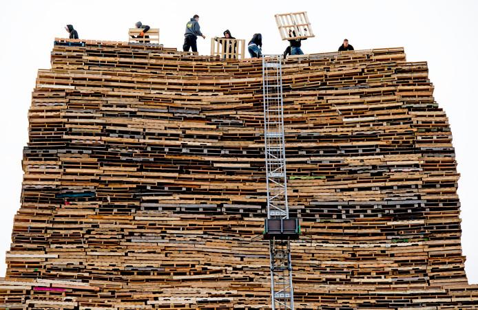 Wie bouwt de hoogste brandstapel? De jaarlijkse nieuwjaarsstrijd kan doorgaan.