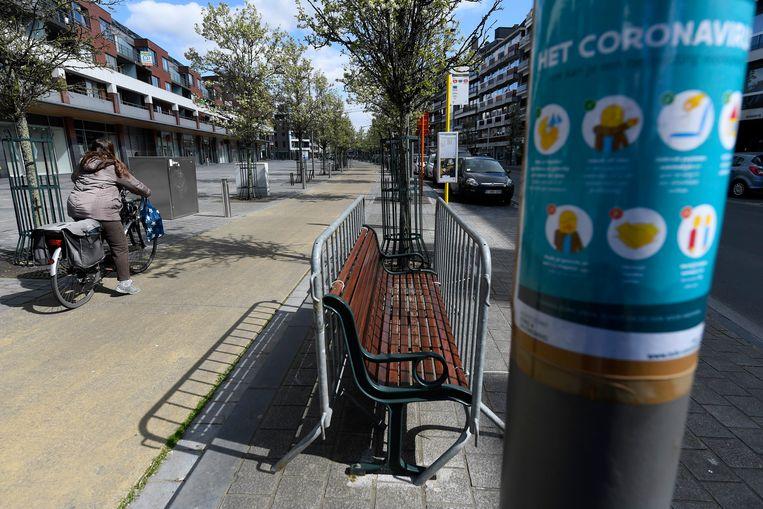 In Ninove werden onder meer de zitbanken in de Centrumlaan afgesloten met dranghekken om te voorkomen dat er nog mensen samenzitten tijdens de coronacrisis.