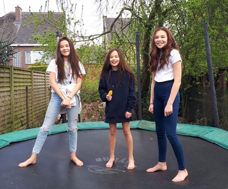 Julie, Anne-Sophie en Maïte op de trampoline, in de grote tuin.